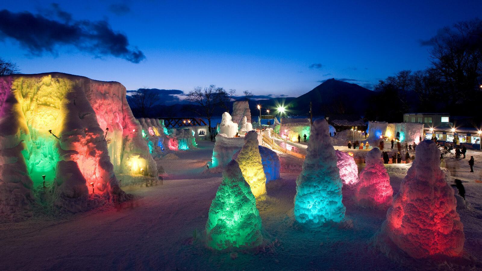 超夢幻的戶外冰雕作品:千歲支笏湖冰濤祭