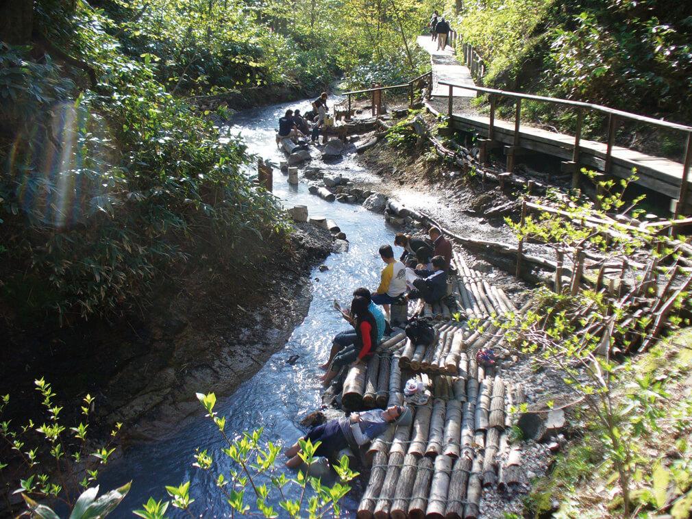 森林環繞的綠意中享受天然溫泉:大湯沼川天然足湯
