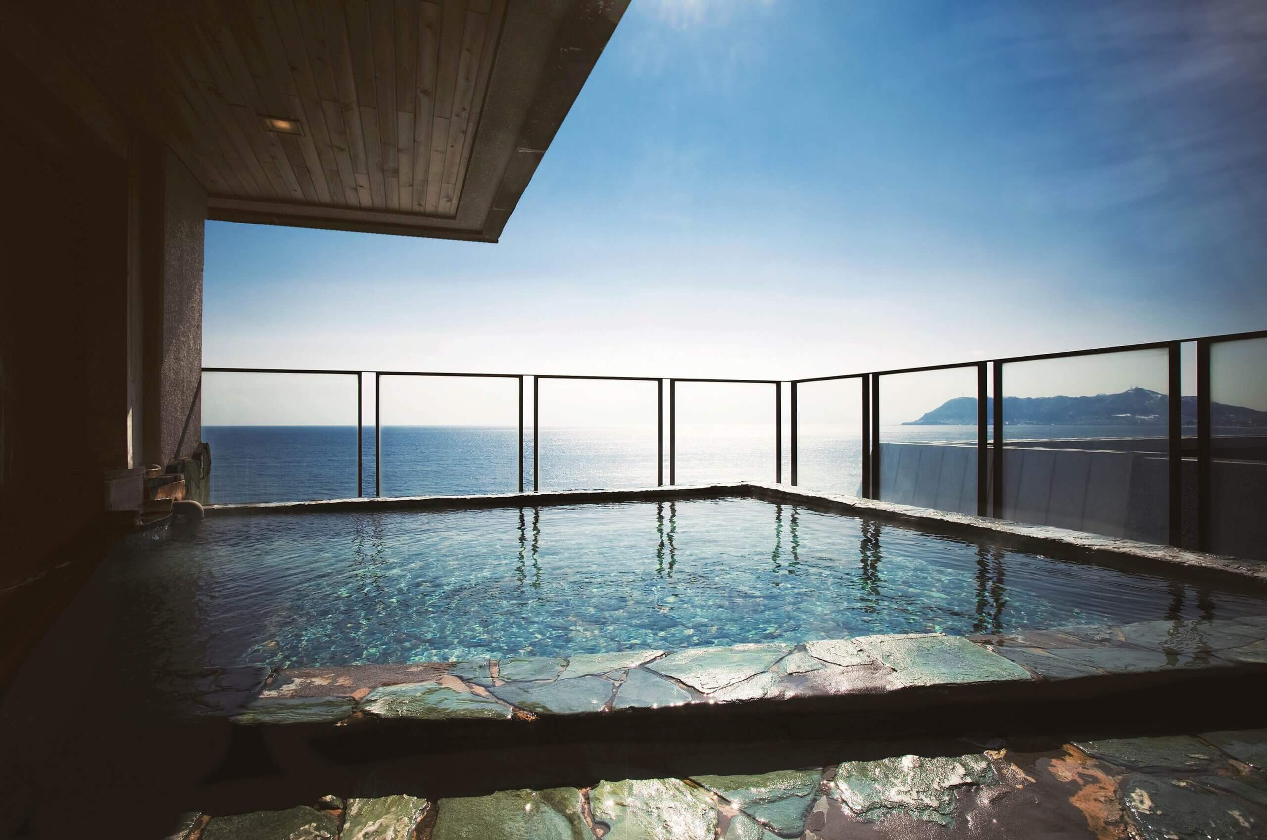 在露天浴池及房間內欣賞到著名的捕魷魚船燈光「湯之川溫泉」