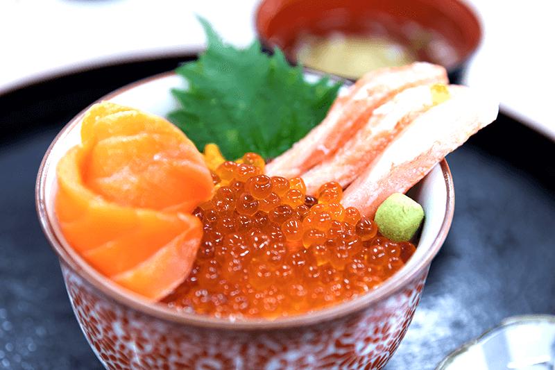 在市場品嘗北海道的海鮮。