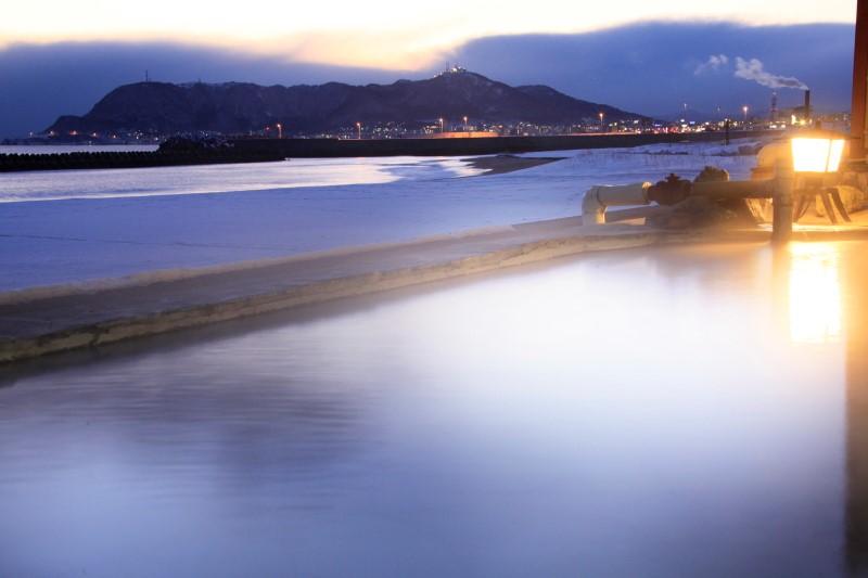 湯之川王子大飯店 渚亭:可以眺望海邊漁船燈火的露天溫泉