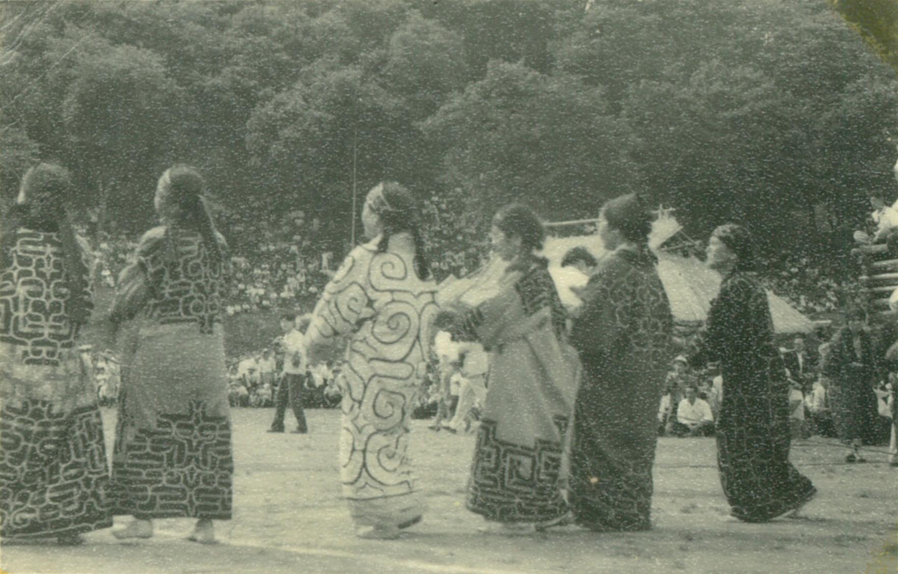1957年,於平取町本町舉行的熊靈祭(殺死熊或其他動物時,舉行此儀式將其魂魄送往眾神所在的世界。)©二風谷愛努文化博物館