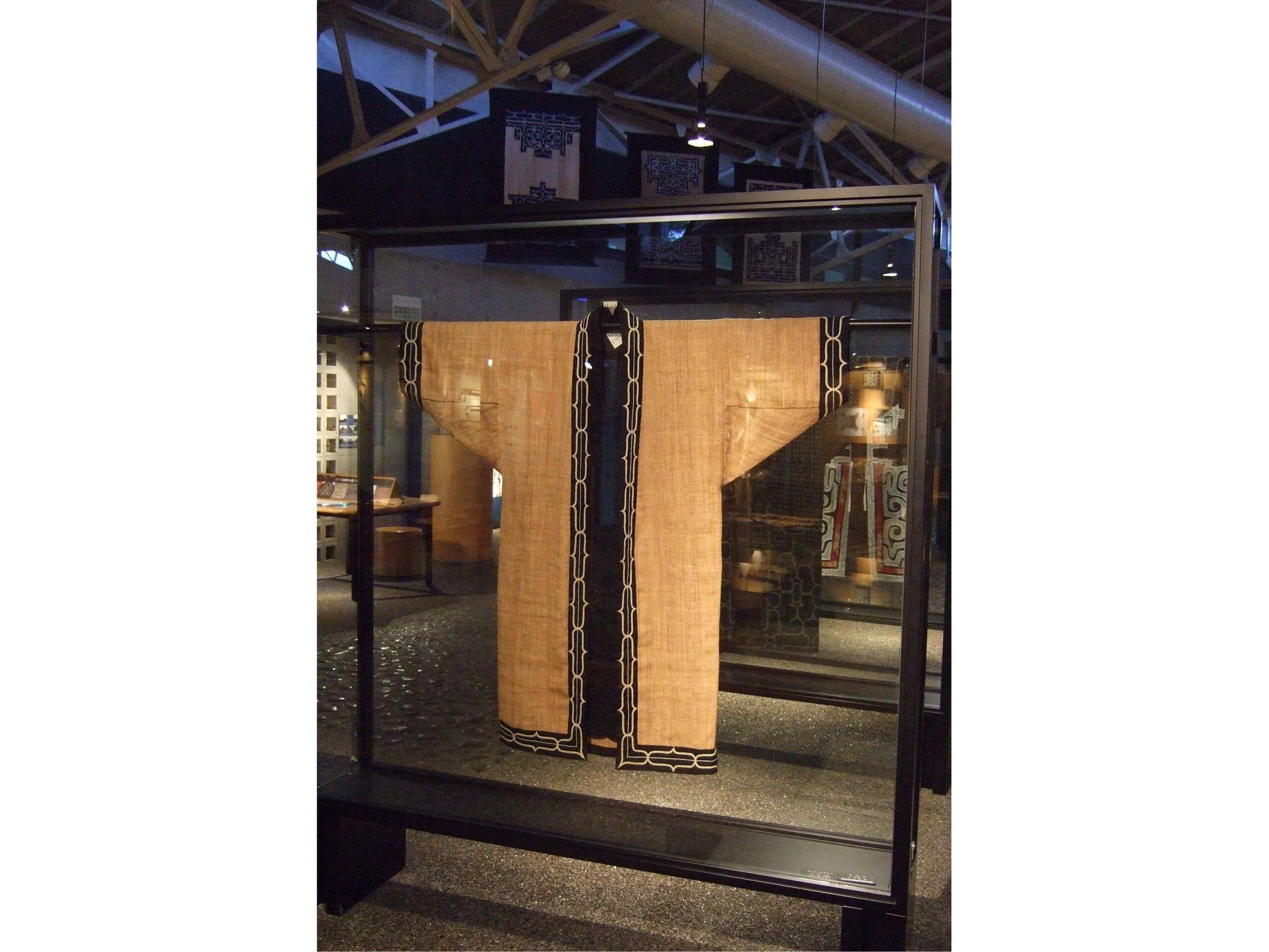 用樹皮製作的絲線所織成的布匹,縫製成衣物或樹皮布(attus) ©二風谷愛努文化博物館