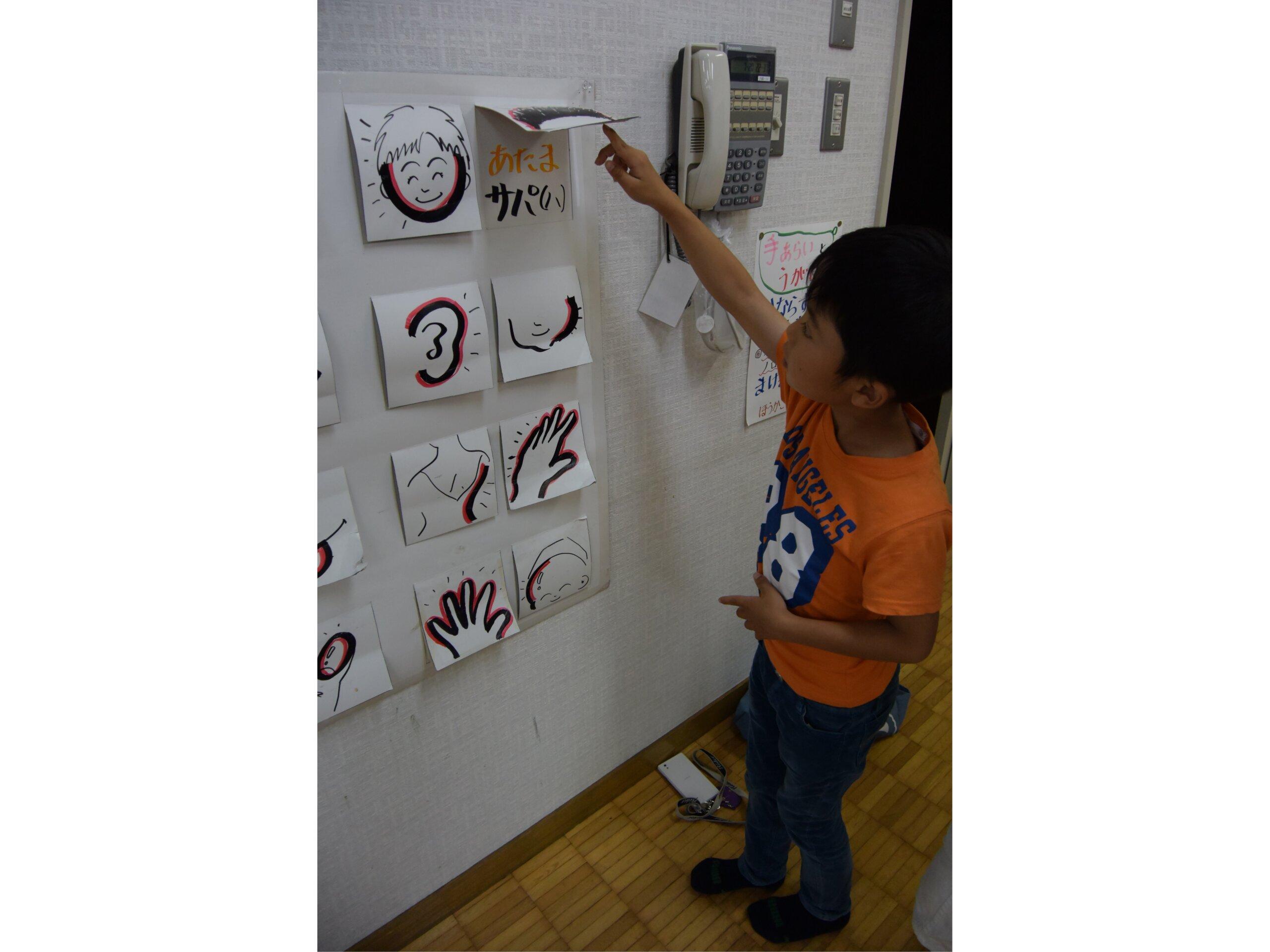 在關根先生的愛努語課程中,孩子們會使用自製的教材學習愛努語。©關根健司
