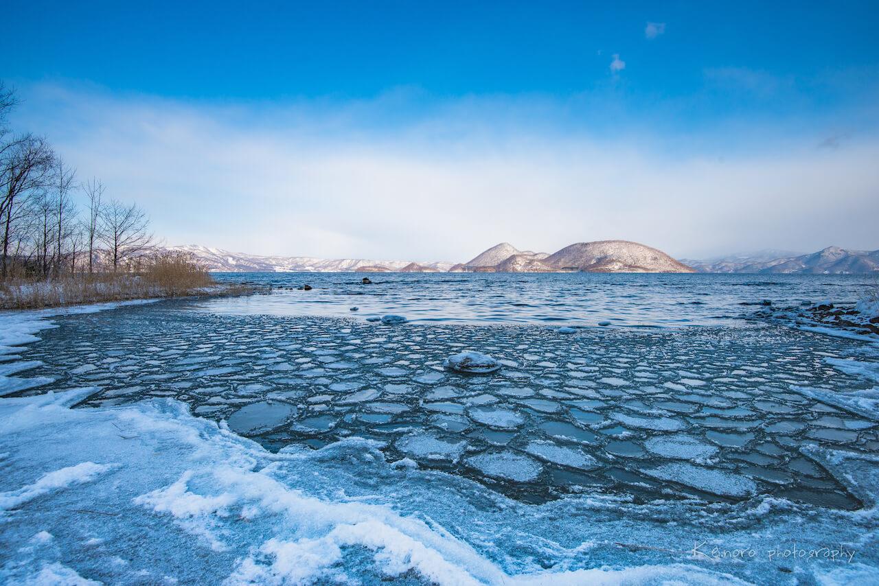 這是2月於狀瞥町側拍攝到的洞爺湖風景。洞爺湖是著名的不凍湖,冬季不會結冰,但狀瞥町地區卻以嚴寒著稱,當風吹拂過湖面掀起水花時,由於空氣中的氣溫較低,會使得水花瞬間結冰,而形成結冰的水花。野呂先生說:「冬天來這裡攝影的話,建議多穿幾件登山毛衣,方便調節體溫。」©Noro Keiichi