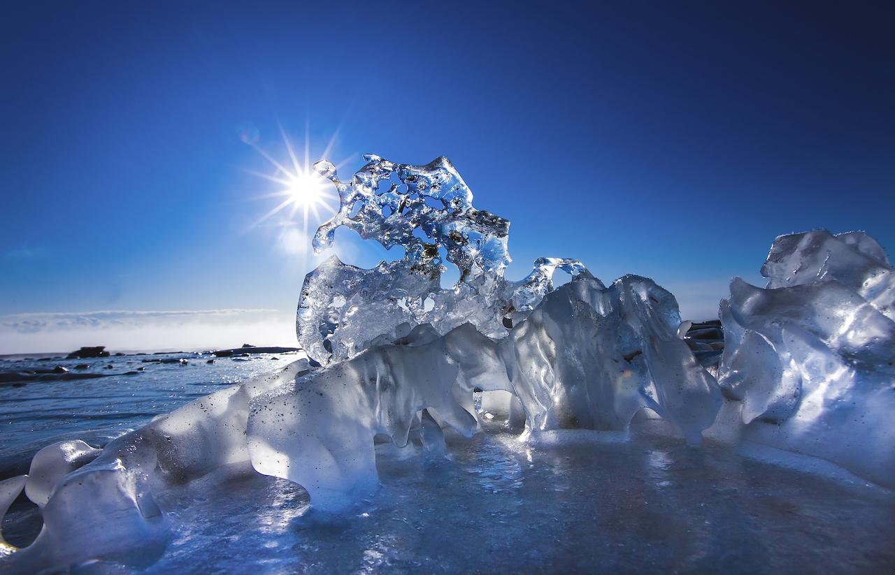 2月上旬,太陽剛升起時,透過寶石冰看到的晴空。岸本先生表示,想拍攝寶石冰的話建議使用室內攝影用的11mm超廣角鏡頭。 Ⓒ岸本日出雄