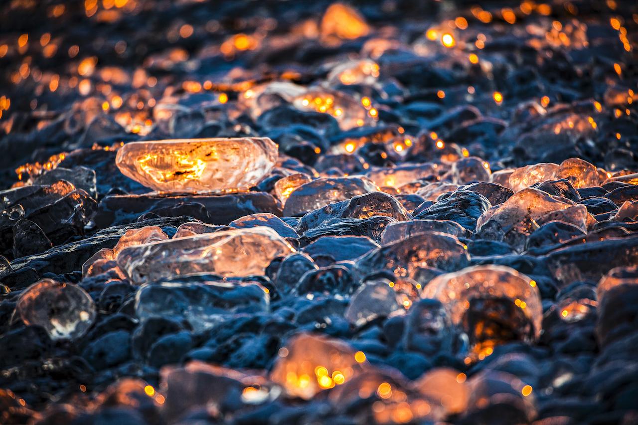 2月的黃昏,在氣溫-25度C的世界中,冰之寶石映照著澄橘色的夕陽。Ⓒ岸本日出雄