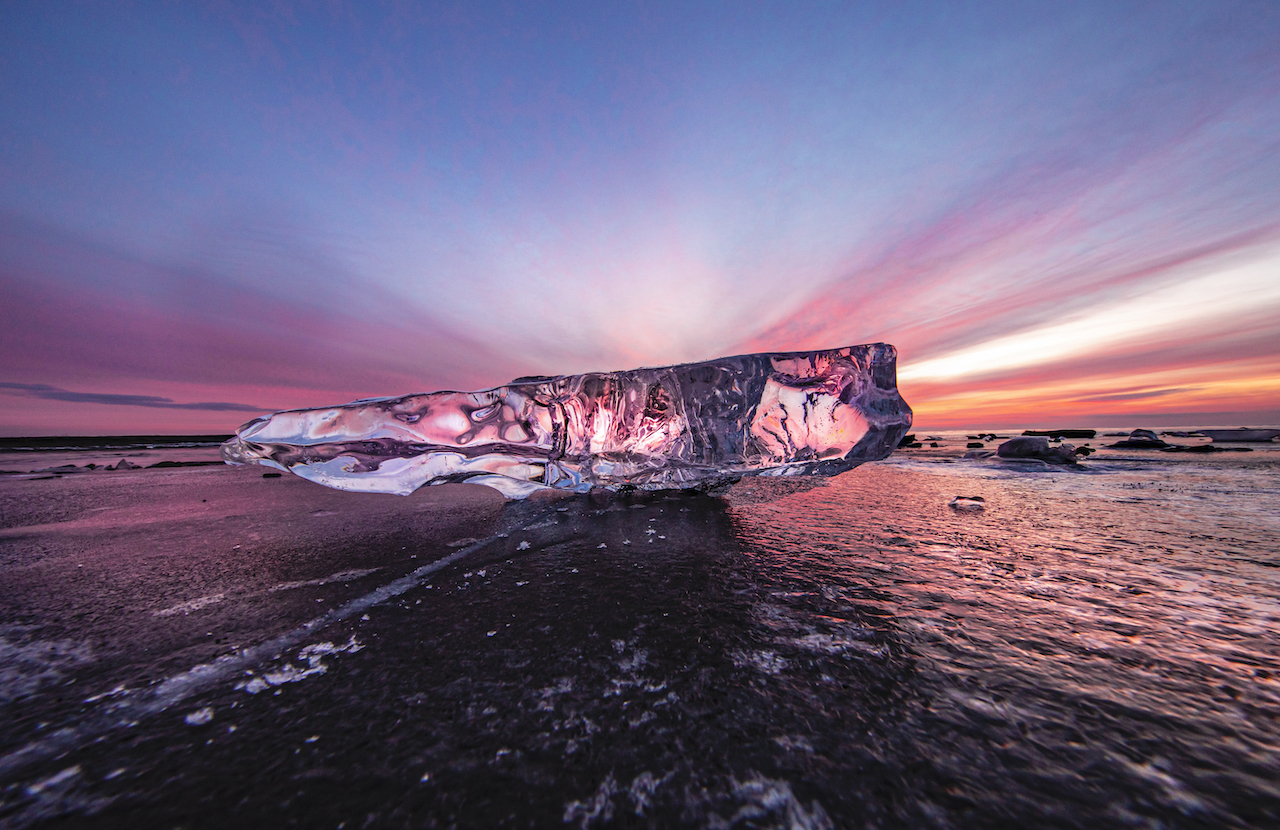 1月的某一天,正好是日出的時候,陽光染上了雲彩,而冰之寶石也將這夢幻的色澤映照出來,同樣是「早晨」,冰之寶石所呈現出的型態與色澤卻截然不同。Ⓒ岸本日出雄