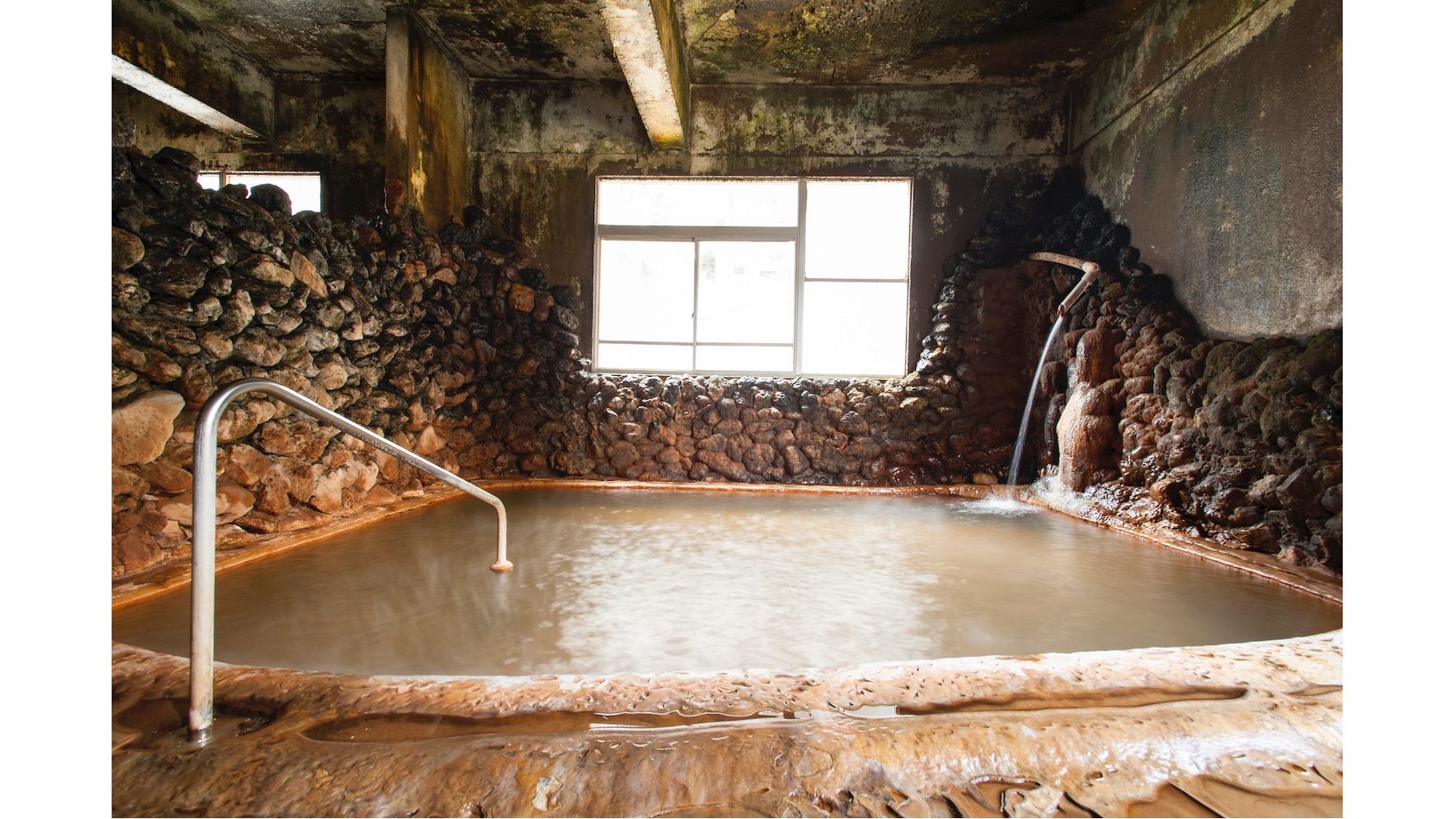 「知內溫泉烏托邦和樂園」屬於碳酸氫鹽泉,可以在溫泉池看到碳酸鈣的沉澱物如同梯田一般堆疊起來。