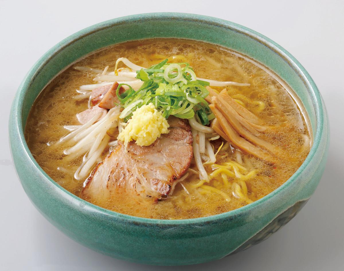 「麵屋 彩未(麺屋 彩未)」的味噌拉麵是使用中捲麵,這種麵條有著Q彈的口感,相當適合搭配風味濃厚的湯頭。