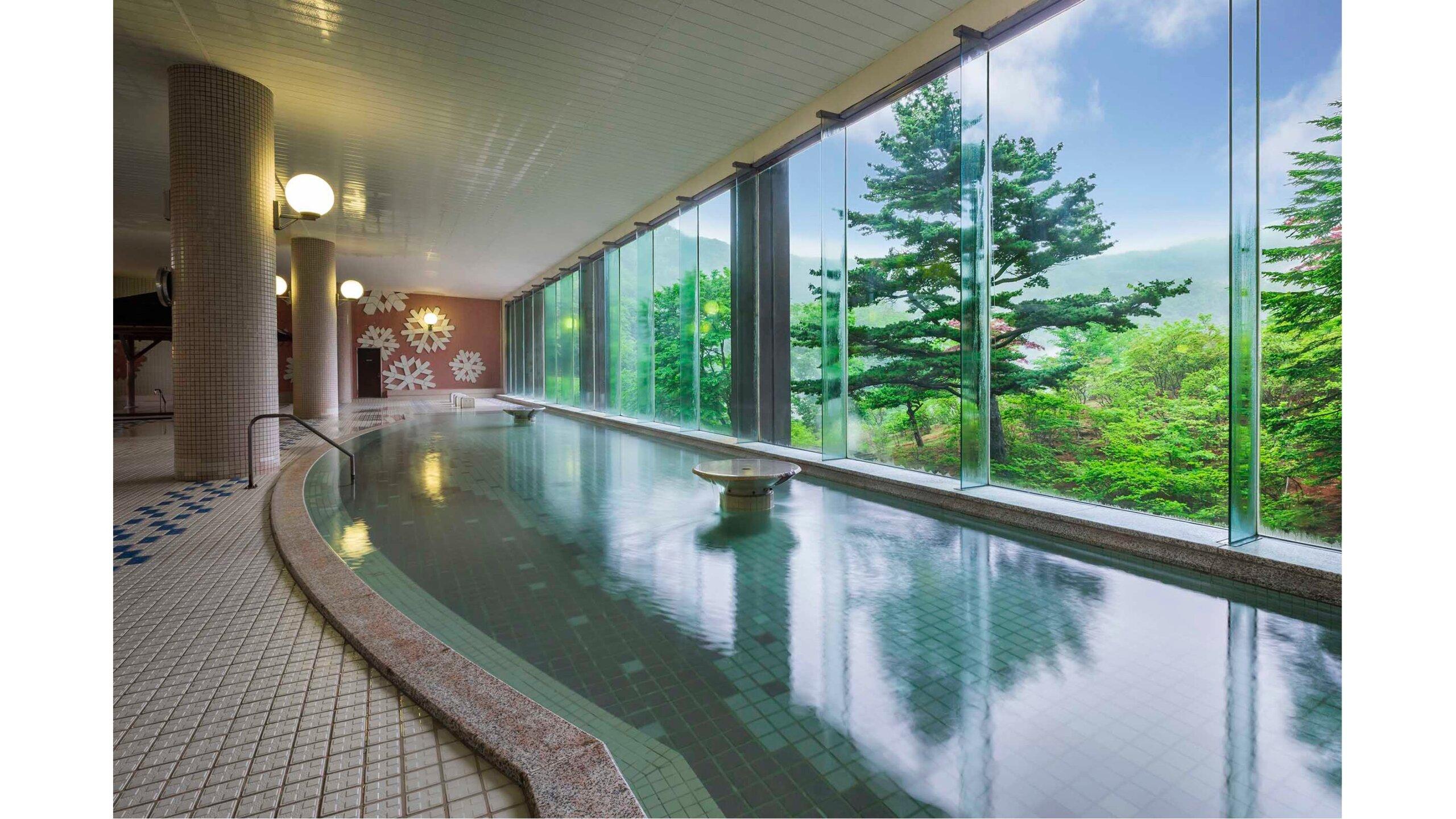 在「登別溫泉 第一瀧本館」的男湯展望浴池內,可以一邊泡湯一邊眺望地獄谷的景觀。
