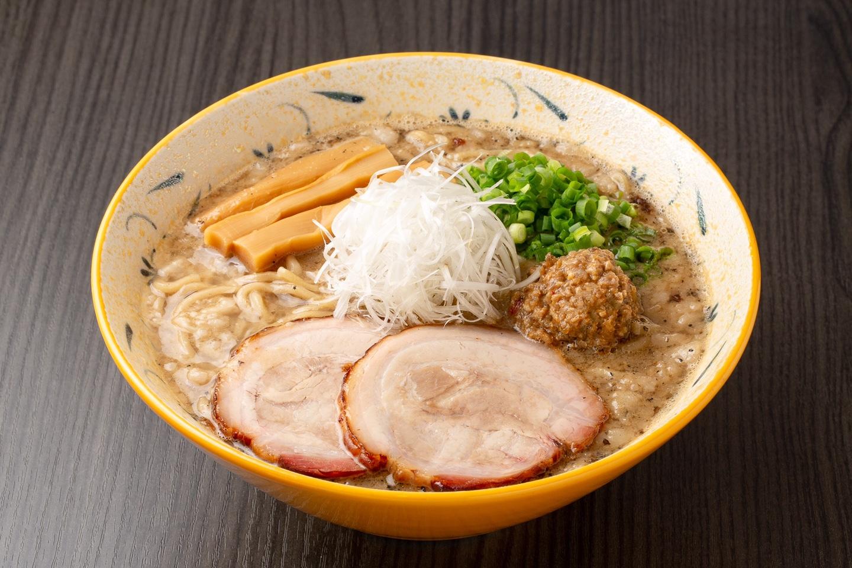 「札幌Fuji屋(Sapporo Fujiya)」的味噌拉麵(魚介豚骨背脂湯底),使用吊烤爐細心烤製的叉燒吃起來多汁軟嫩,絕對不能錯過。