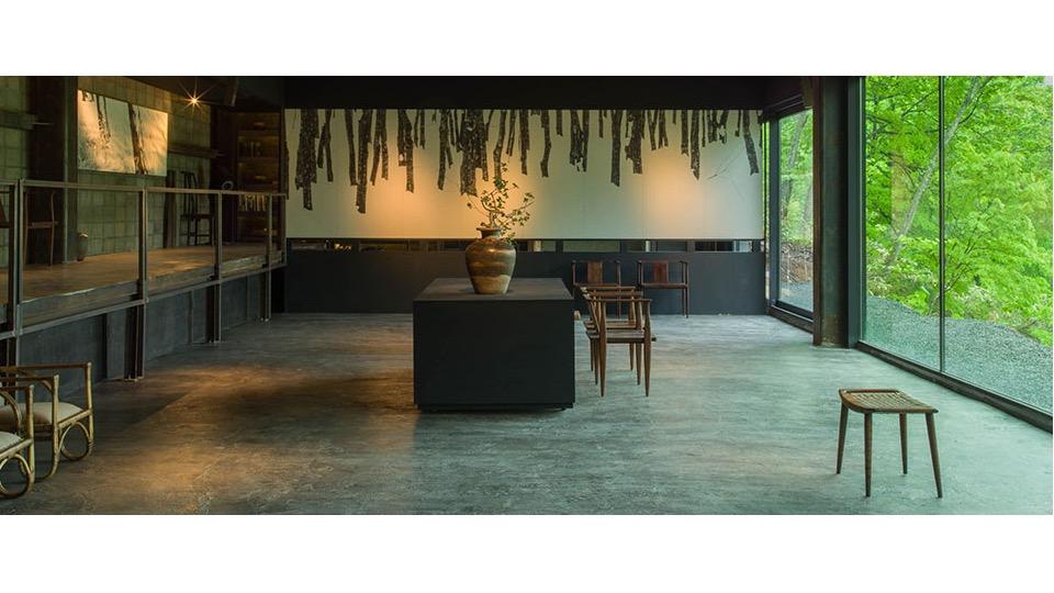 藝術空間「そもざ(SOMOZA)」內,有藝廊、餐廳與茶室等設施,這裡展示了Grigg先生收藏的古董及日本藝術品,主要是與北海道相關的作品。來到坐忘林時,儘管沒有投宿也可以入內參觀。