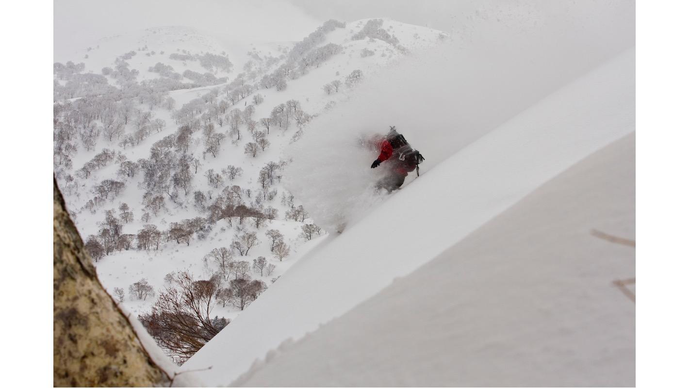 各國遊客為了體驗野外滑雪的樂趣來到新雪谷。而為了安全考量,在這裡必須遵守「新雪谷規則」。写真:©Ryan Creary/All Canada Photos/amanaimages