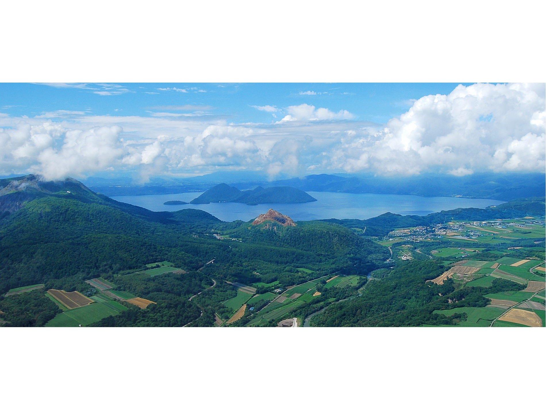 距今大約11萬年前,因大規模的火山噴發而誕生的洞爺湖(Lake Toya)。左邊的有珠山則是從數萬前開始不斷發生噴發的活火山,最近數十年間也仍有噴發的活動。有珠山的山腳附近也有火山噴發形成的昭和新山。photo: Toya-Usu UNESCO Global Geopark Council