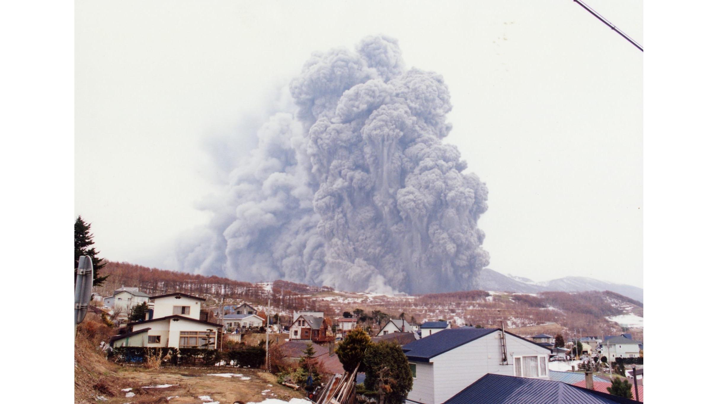 2000年有珠山噴發前曾發生地震,推測是火山噴發的前兆,也讓當地居民與觀光客能夠即時避難,才沒有發生重大的人員傷亡。photo: Toya-Usu UNESCO Global Geopark Council